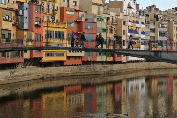 从吉罗纳的桥上可拍摄到波光粼粼的河面以及两岸的彩色房子。