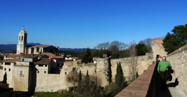 吉罗纳有一段城墙,从那里可以看到不同角度的吉罗纳古城。