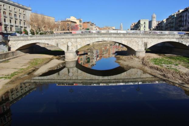 吉罗纳的石桥是其中连接新旧两岸的一座桥。