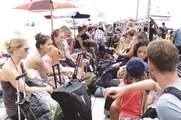 在码头等待回程的游客