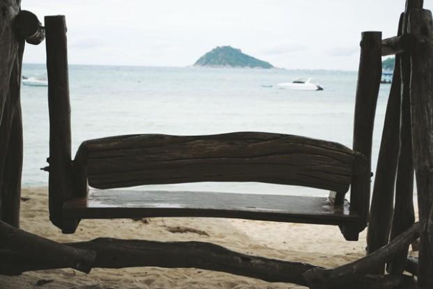 面对大海的木椅