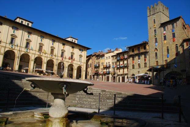 半山腰的Piazza Grande广场,眼前Pieve de S. Maria聖母教区教堂和Palazzo della Fratenite dei Laici教友兄弟会堂的大階梯,正是电影里Guido向Principressa求愛的场景。