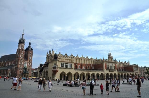 克拉科夫的中央广场(Rynek Glowny),四周环绕着教堂、修道院、钟楼和方塔。号称是全欧  中央广场洲最大的中世纪广场,也是克拉科夫最充满活力,精致且不失纯朴的地方。