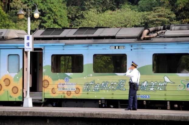 彩绘火车带我们前进桃花源。